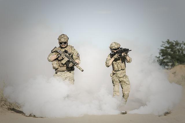 vojáci při útoku