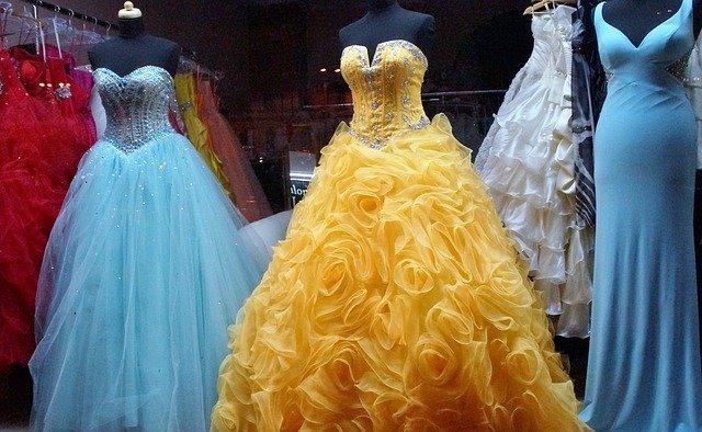 Dámske spoločenské šaty si väčšinou vyberáme podľa ich farby 39952ac105f