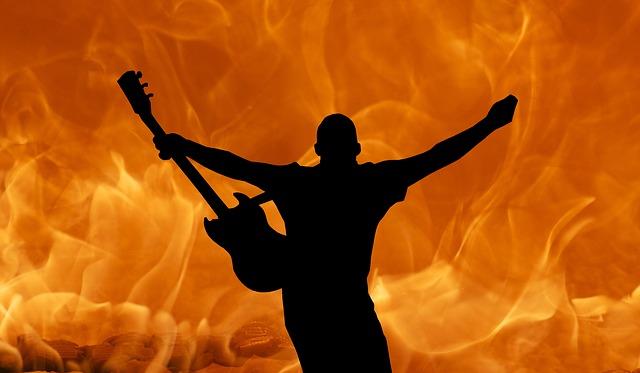 kytarista v ohni