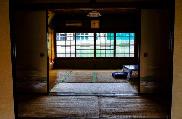 Viacero otvorených veľkých dverí v japonskom štýle