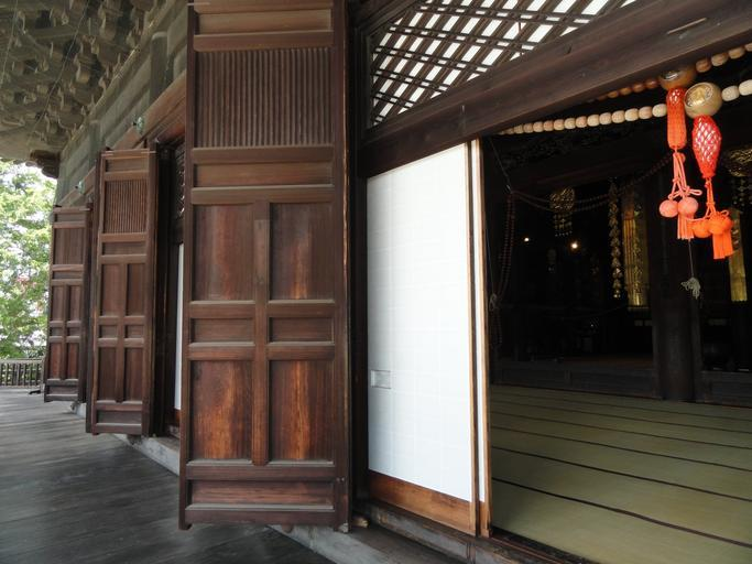 Biele posuvné dvere v drevenej stene
