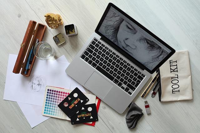 Notebook s kreslenou tvárou na monitore